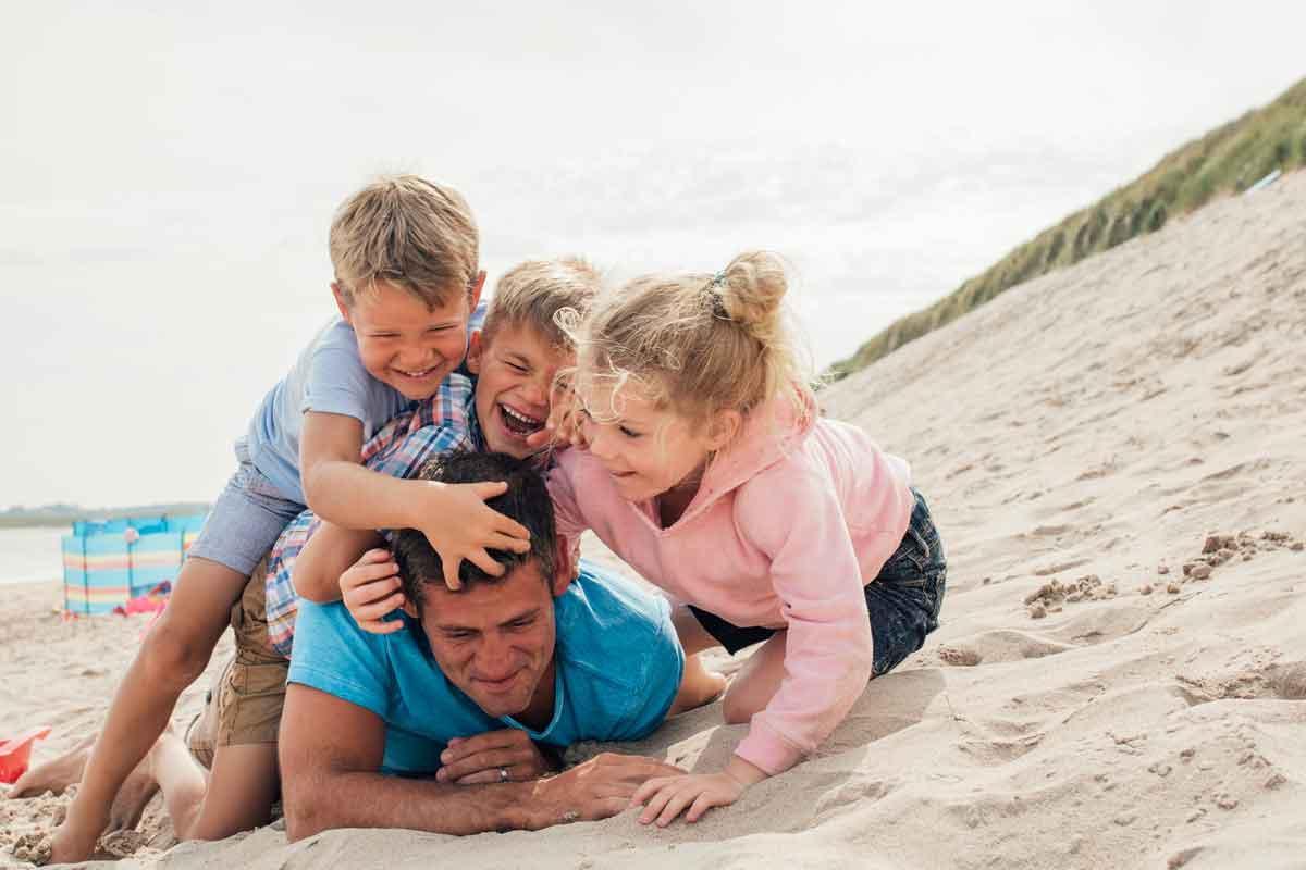 spelen met gezin op het strand